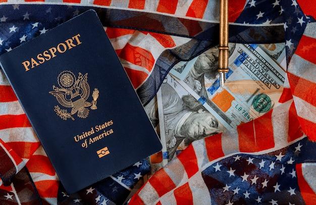 米国のパスポートと100ドル札の現金上のフラグ Premium写真
