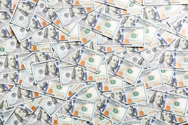 背景として作られた100ドル紙幣の平面図。米ドル通貨。アメリカのドルのテクスチャ Premium写真