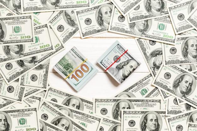 お金のスタックを持つ100ドル札のフレーム Premium写真