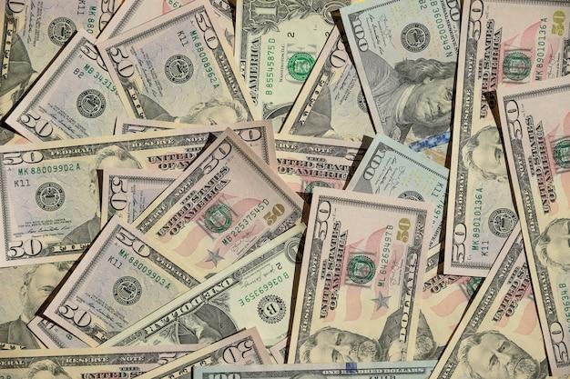 Предпосылка с долларовыми банкнотами американца 100 денег. концепция предпосылок финансов и дела. отчет о фондовом рынке, финансовый график и банк. американские бумажные долларовые банкноты Premium Фотографии