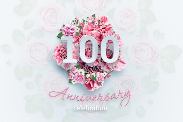 ピンクの花に100の数字と記念日のお祝いのテキストをレタリング Premium写真