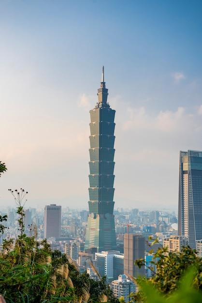 Горизонт города тайбэй с 101 башней на закате Premium Фотографии