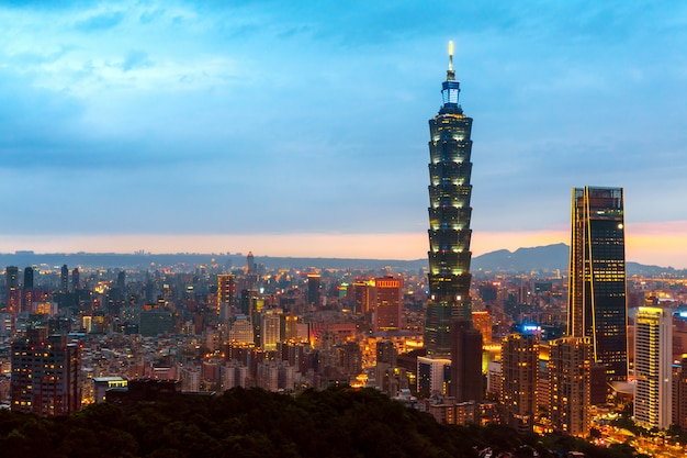 Горизонт тайбэя городской пейзаж тайбэй 101 здание финансового города тайбэй, тайвань Premium Фотографии