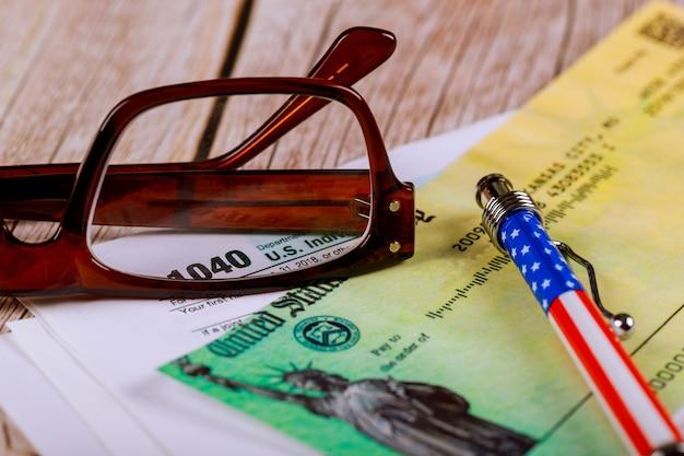 Форма 1040 налоговой декларации по подоходному налогу сша с очками на рабочем столе пера Premium Фотографии
