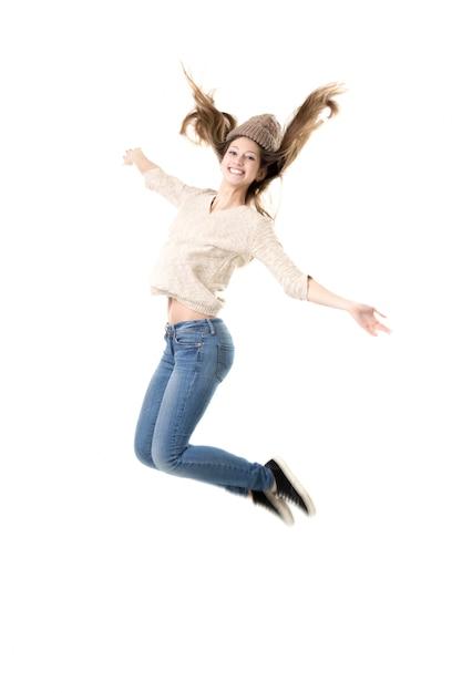 美しい10代の女の子が喜んで高いジャンプ 無料写真