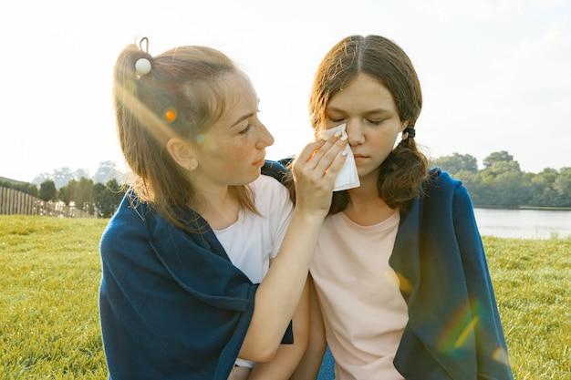 10代の少女は彼女の悲しい友人を慰めます Premium写真
