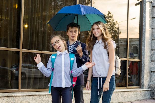 10代の学校の子供たちのグループの屋外のポートレート Premium写真