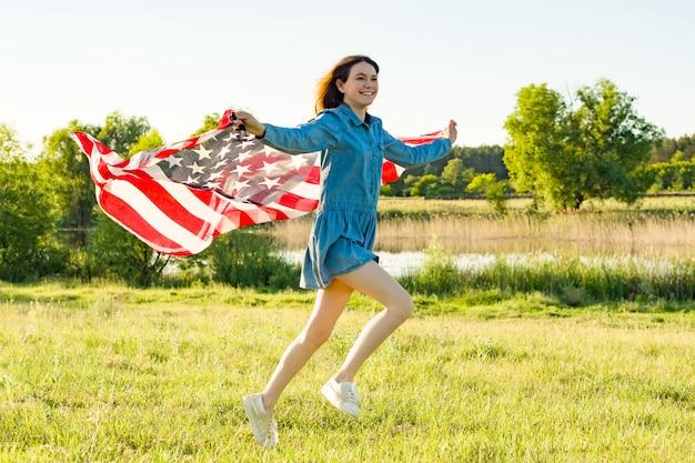 アメリカの国旗を実行している女の子10代 Premium写真