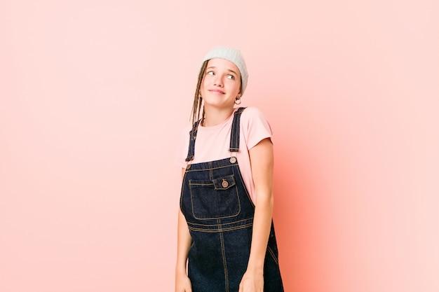 目標と目的を達成することを夢見てヒスプター10代女性 Premium写真