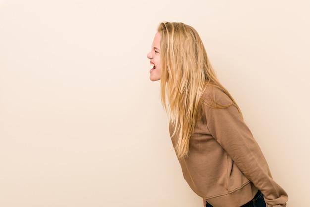 コピースペースに向かって叫んでいるキュートで自然な10代女性 Premium写真