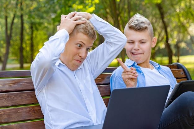 公園のベンチに座っている10代の少年たち Premium写真