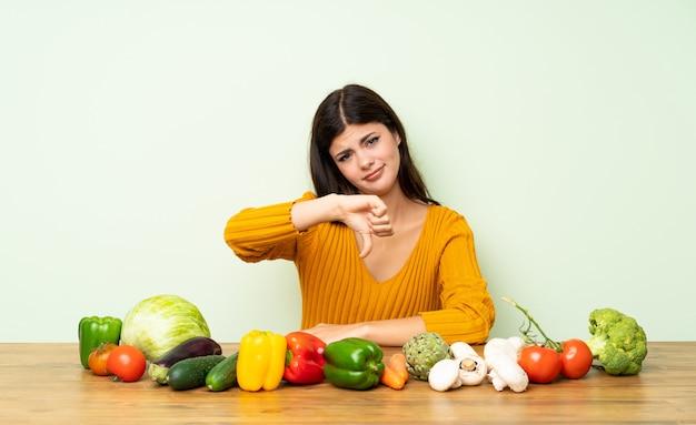 多くの野菜を持つ10代の少女 Premium写真