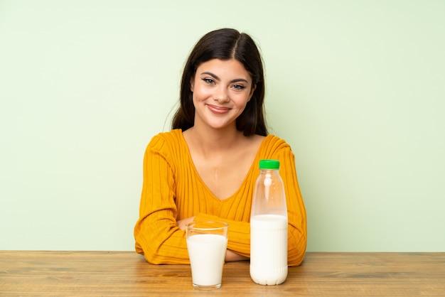 彼女の腕を組んで朝食ミルクを持つ10代の女の子 Premium写真