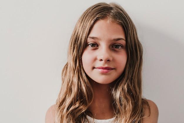 自宅で美しい10代の女の子の肖像画。窓際で見ています。幸福とライフスタイルのコンセプト Premium写真