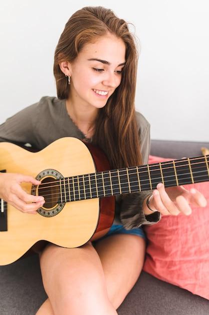 クローズアップ、笑顔、10代、女の子、遊び、ギター、家 無料写真