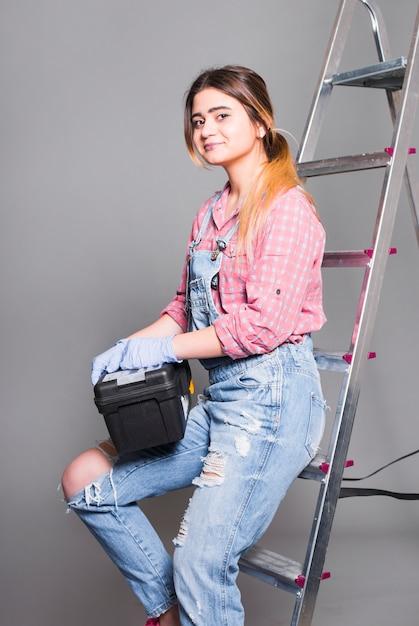 ツールボックスとはしごで全体的に10代の女の子 無料写真