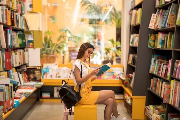 座席に本を持つ10代女子高生 無料写真