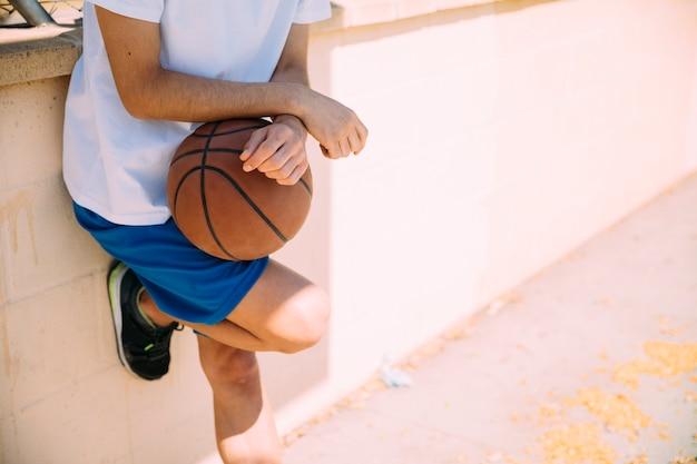 バスケットボールコートに立っている男性の10代学生 無料写真