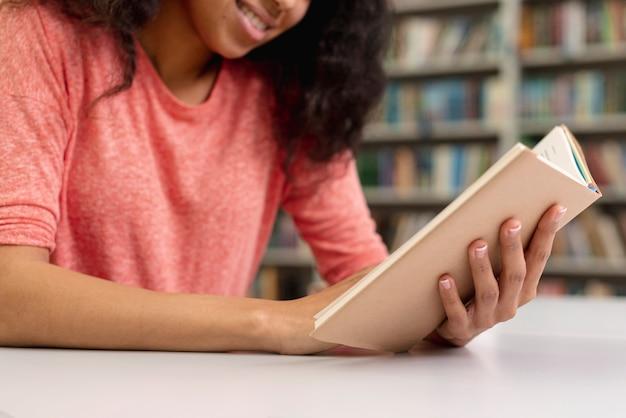 クローズアップスマイリー10代の少女の読書 無料写真