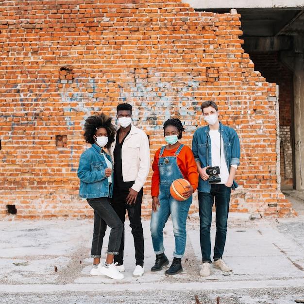 一緒に屋外でポーズ10代の若者のグループ 無料写真