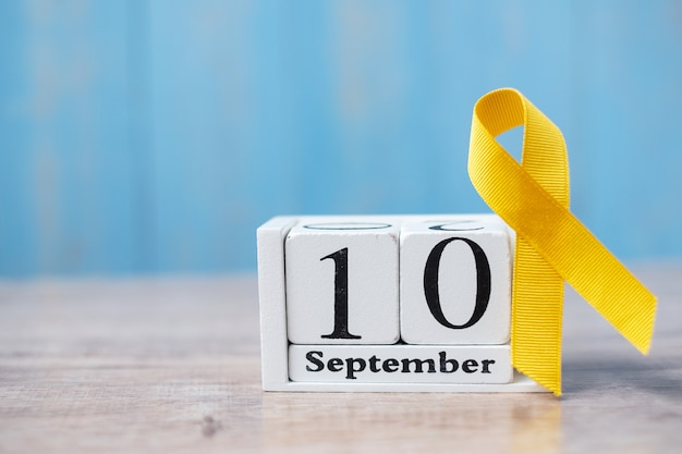 Всемирный день предотвращения самоубийств (10 сентября), желтая лента для поддержки людей, живущих и болеющих. Premium Фотографии