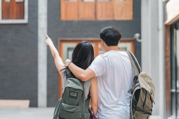 中国、北京、中華街で歩いて元気な若い10代のカップルで幸せな旅を感じている旅行者アジアバックパッカーカップル。 無料写真