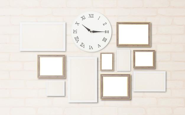 クローズアップ表面壁時計はレンガの壁に飾るための空白のフレームと10時過ぎの四半期の時間を表示します Premium写真
