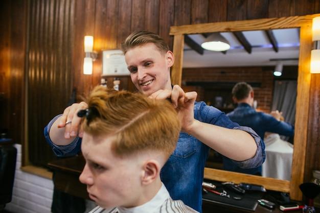 理髪店で10代の赤毛の少年散髪美容院 Premium写真