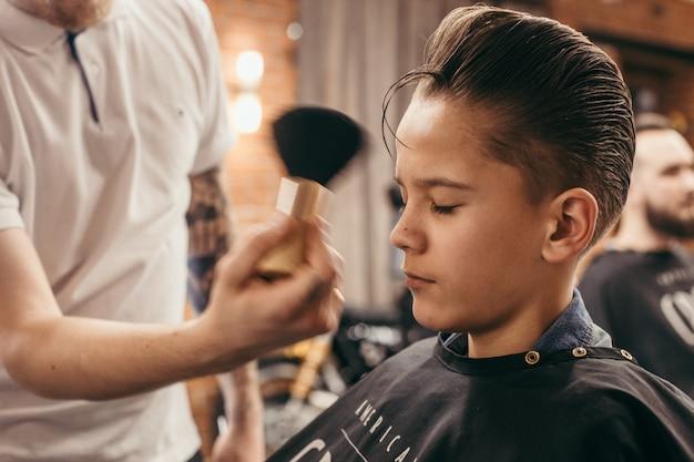 理髪店で10代の少年散髪美容院 Premium写真