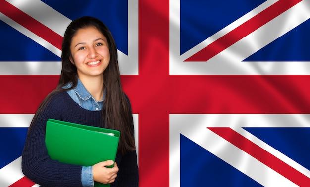 10代の学生が英語の旗に笑みを浮かべて Premium写真