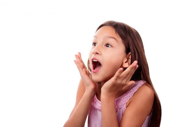 驚き、興奮、ショックを受けた10代の少女の分離の白を探しての肖像画 Premium写真