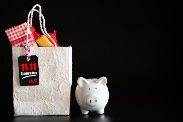 オンラインショッピング、赤いチケット11.11一日の販売タグギフトボックスとショッピングバッグにぶら下がって Premium写真