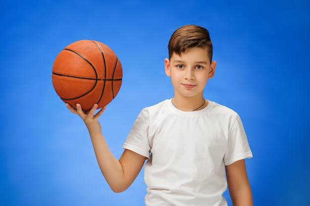 バスケットボールを持つ愛らしい11歳の男の子 無料写真