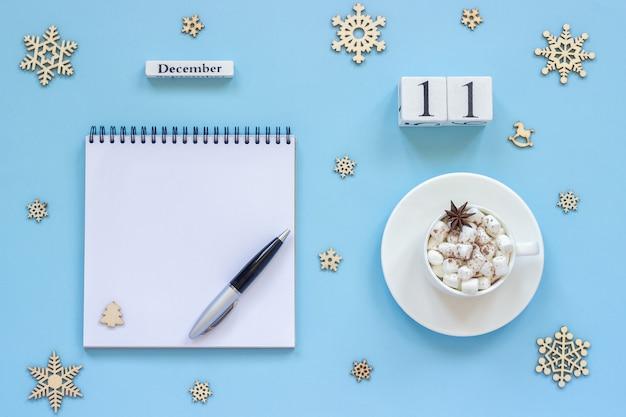 Календарь 11 декабря чашка какао и зефира, пустой открытый блокнот Premium Фотографии
