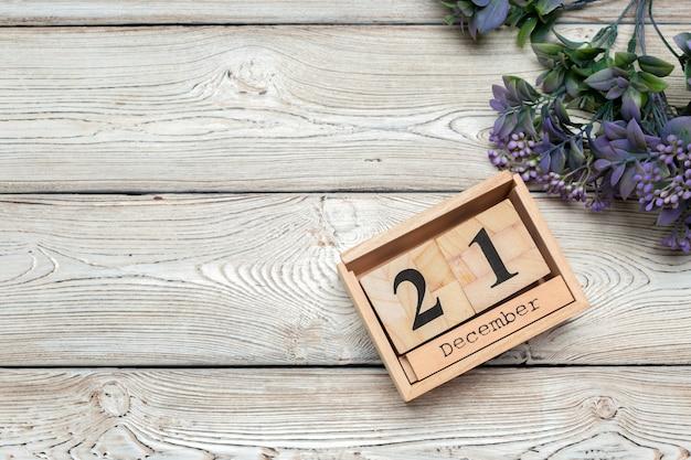 白い背景の上の12月のカレンダーの21日目 Premium写真
