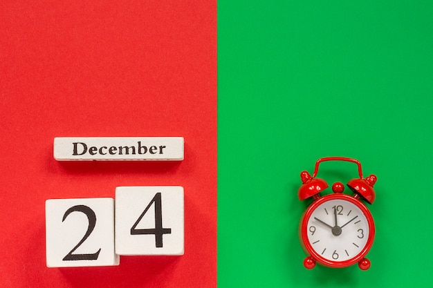 カレンダー12月24日と赤の目覚まし時計 Premium写真