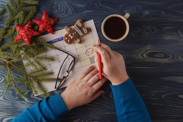 12月25日のクリスマスの日付カレンダーをお祝いの装飾でマークします Premium写真