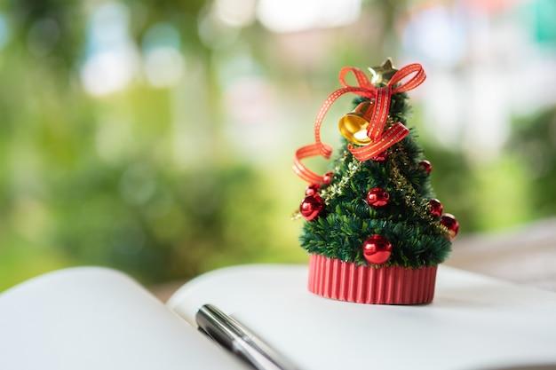 ミニチュアクリスマスツリー毎年12月25日にクリスマスを祝います。 Premium写真