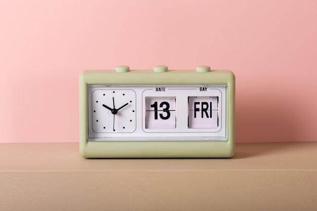 Старинные часы с календарем, показывающие пятницу 13 Premium Фотографии
