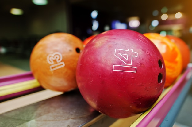 14番と13番の2色のボウリングボール Premium写真
