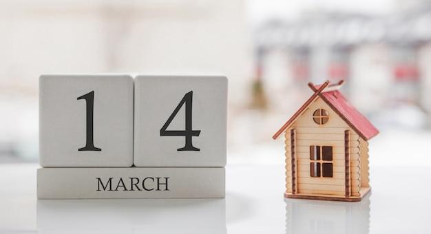 Мартовский календарь и игрушечный дом. 14 день месяца ð¡ard сообщение для печати или помнить Premium Фотографии