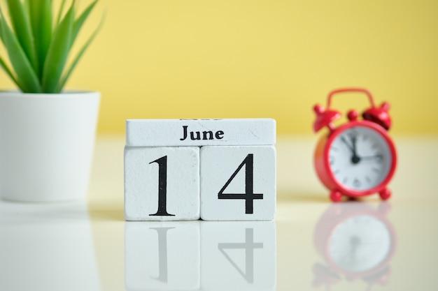 14 четырнадцатый день июнь месяц календарь концепции на деревянных блоках. Premium Фотографии