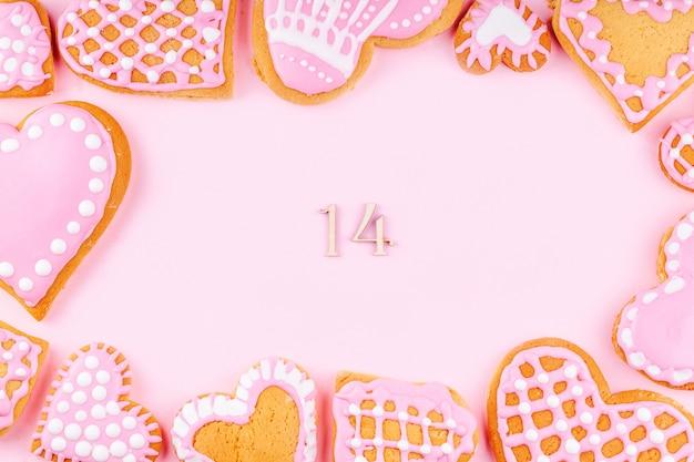 手作りの艶をかけられた装飾されたハート形のクッキーから数14のフレーム Premium写真