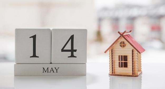 Майский календарь и игрушечный дом. 14 день месяца сообщение карты для печати или запоминания Premium Фотографии
