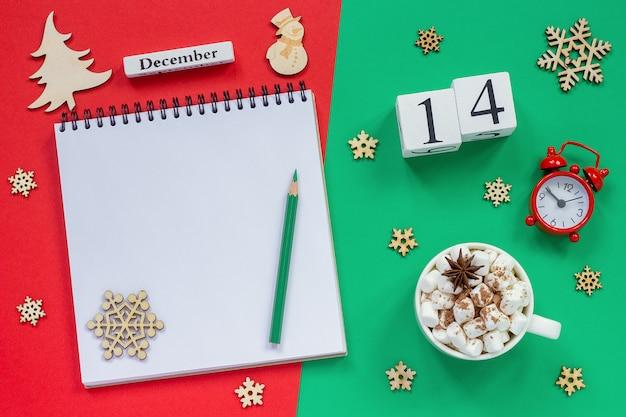 Календарь 14 декабря чашка какао и зефира, пустой открытый блокнот Premium Фотографии
