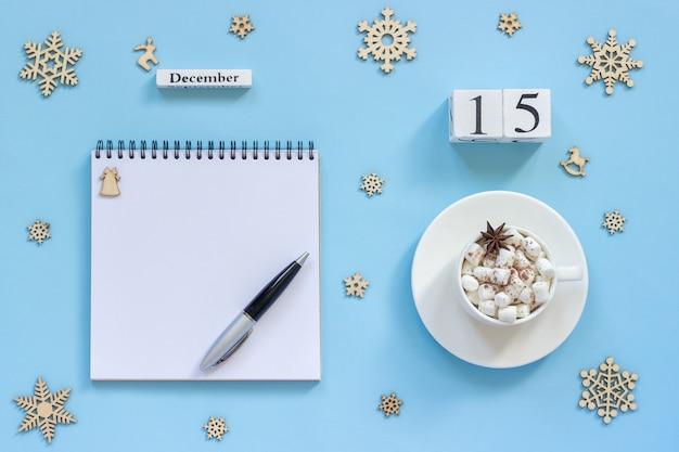 Календарь 15 декабря чашка какао и зефира, пустой открытый блокнот Premium Фотографии