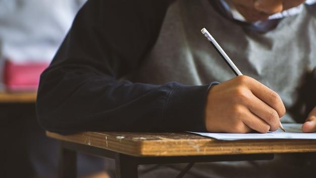 生徒はストレスを持って教室で試験紙を練習します。16:9スタイル Premium写真