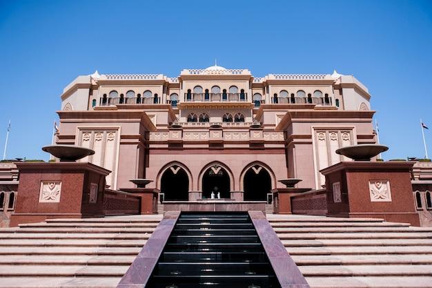 Абу-даби, оаэ - 16-ое марта: гостиница emirates palace 16-ого марта 2012. emirates palace роскошный и самый дорогой 7-звездочный отель конструированный известным архитектором, джоном elliott riba. Бесплатные Фотографии