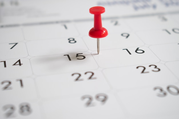 活動、カレンダーの16日目の赤いピン Premium写真