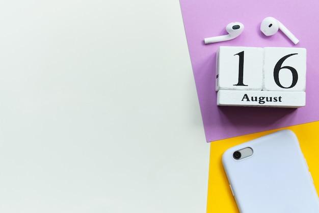 Концепция календаря месяца 16-ое августа шестнадцатого дня на деревянных блоках с космосом экземпляра Premium Фотографии